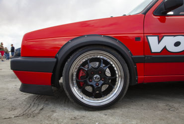 красный автомобиль с черными дисками