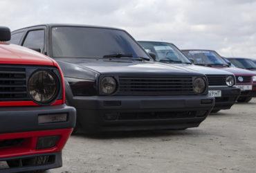 черный Volkswagen с низким клиренсом