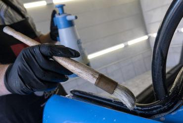 чистка резиновых уплотнителей крупным планом