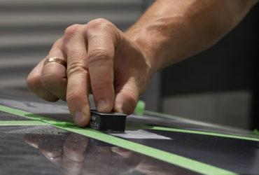 крупный план процесса подготовки кузова к шлифовке
