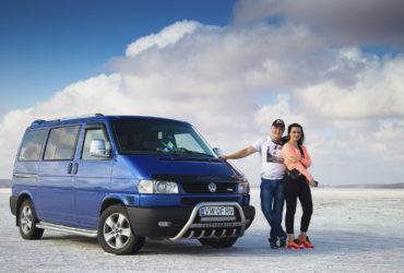 пара на фоне синего авто