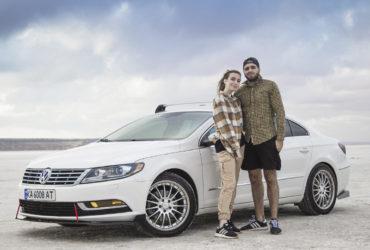 пара на фоне белого Volkswagen