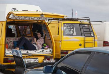 девушка в желтом коммерческом Volkswagen