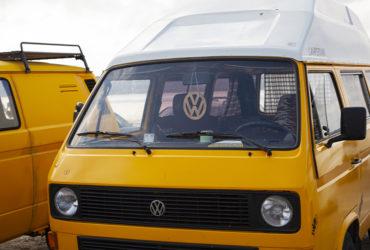 желтый коммерческий Volkswagen