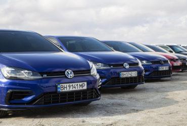 выставка синих автомобилей Volkswagen