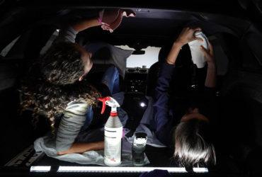 ручной фонарь с подставкой для мелкой уборки в автомобиле