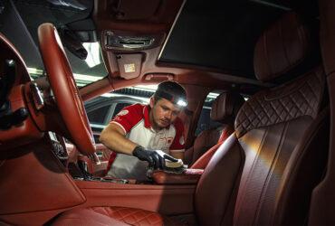 ручная чистка салона в автомобиле Bentley Bentayga