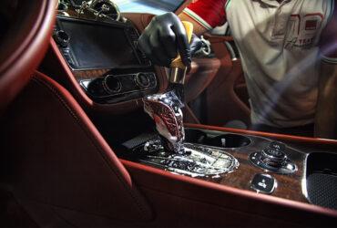чистка красного кожанного салона Bentley Bentayga