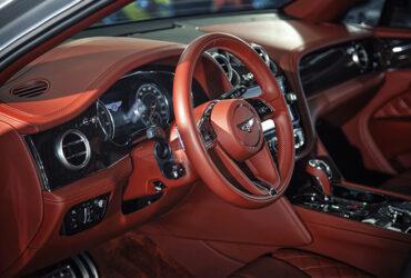 красный кожанный салон Bentley Bentayga после химчистки