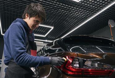 Ибрагим Гаджиев наносит кварц на задние фонари авто