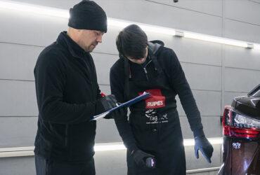 студенты проводят инспекцию повреждений ЛКП