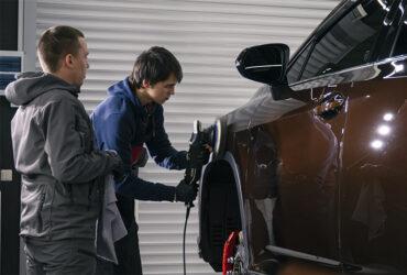 Ибрагим Гаджиев полирует авто