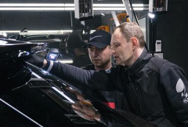 инструктор объясняет студенту как проводить диагностику автомобиля