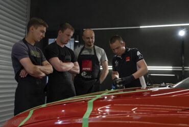 инструктор показывает студентам как правильно полировать авто