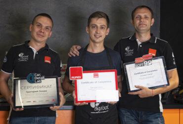 Григорий Сенюк с инструкторами во время награждения сертификатами