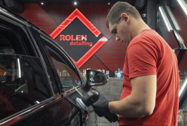 Юрий Швец полирует черный автомобиль