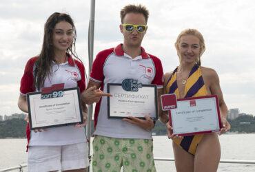 вручение студентам сертификатов на яхте