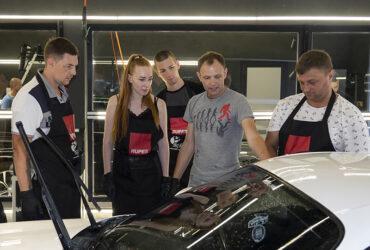 инструктор ставит студентам задачу по мойке авто