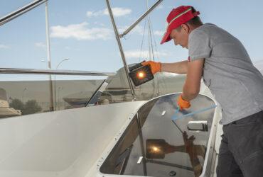 инспекция деталей яхты из поликарбоната при помощи фонаря Scangrip